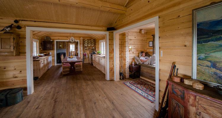 Interiør i tømmerhytte - Bygg i laft gir mijøvennlig og godt inneklima. Foto: Bjørn H Stuedal