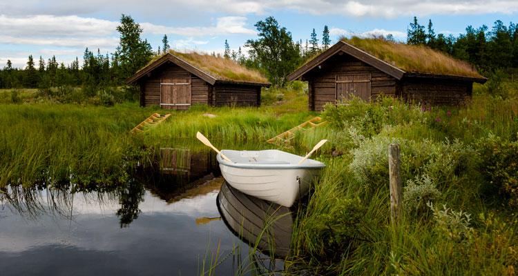 Båthus i laft - miljøvennlig og estetisk. Hytte i massivtre i tradisjonell stil. Bygg i laft gir miljøvennlige bygg med kort byggetid. Foto: Bjørn H Stuedal