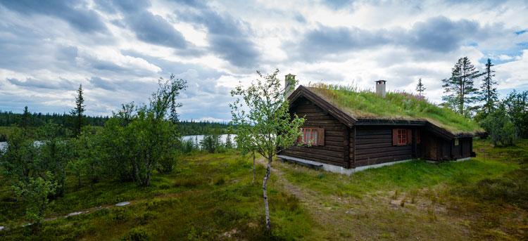 Hytte i tradisjonell håndlaft. Rendalen i Hedmark. Hus og hytter i laft kombinerer moderne komfort og smarte romløsninger, med den tradisjonelle, norske byggemetoden gjennom mer enn 1000 år.