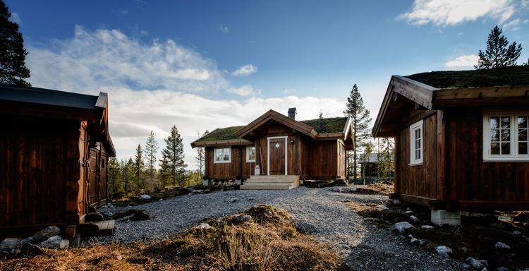 Liten hytte i massivtre. Massivtrehytter gir miljøvennlige bygg med kort byggetid og godt, sunt inneklima. Foto: Bjørn H Stuedal